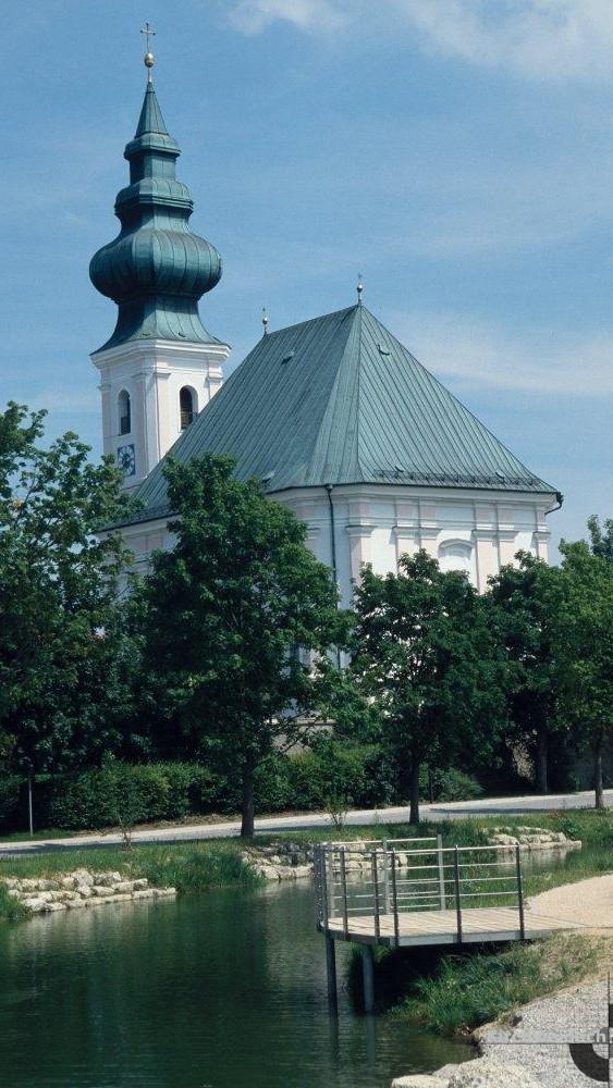 Bild der Ortsweiher Kirche mit Seeblick