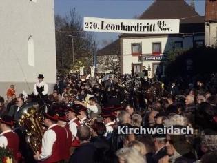 Bild Leonhardiritt Platz mit Menschenmenge